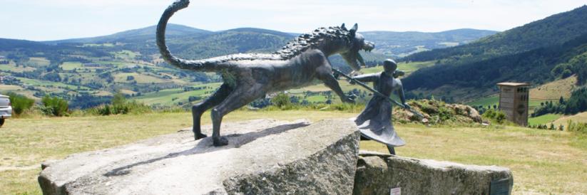 Statue représentant la lutte entre la Bête du Gévaudan et Marie-Jeanne Vallet